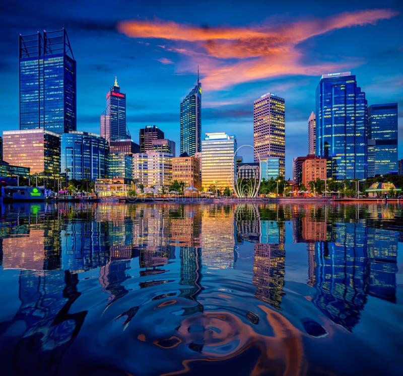Puesta del sol en la ciudad de Perth con el edificio y el río imagen de archivo