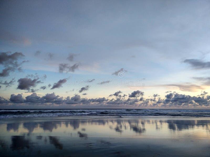 Puesta del sol en la ciudad de Yogyakarta de la playa de Parangtritis, Indonesia foto de archivo libre de regalías