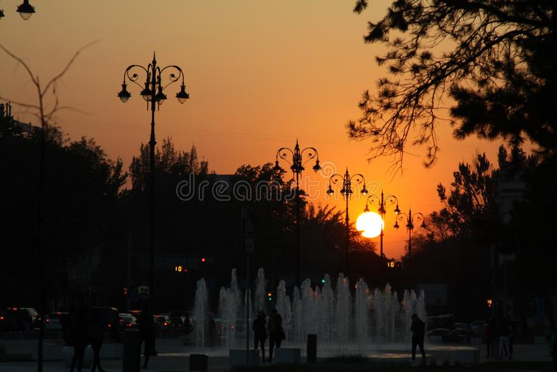 Puesta del sol en la ciudad hermosa - Almaty imágenes de archivo libres de regalías