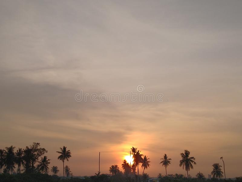 Puesta del sol en la ciudad natal fotografía de archivo