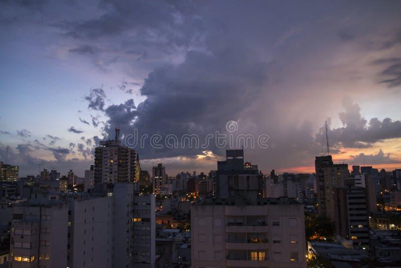 Puesta del sol en la ciudad y el x28; 2& x29; fotografía de archivo