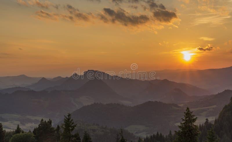 Puesta del sol en la colina de Slachovky por la tarde del verano imágenes de archivo libres de regalías