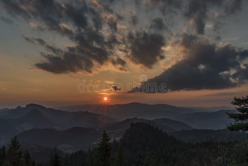 Puesta del sol en la colina de Slachovky por la tarde del verano imagen de archivo libre de regalías
