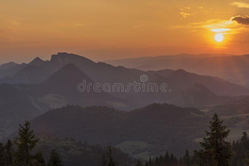 Puesta del sol en la colina de Slachovky por la tarde del verano fotografía de archivo