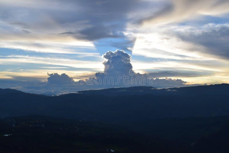 Puesta del sol en la cordillera central de los Andes foto de archivo libre de regalías