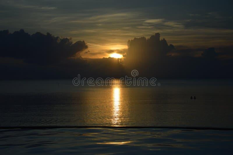 Puesta del sol en la costa imagen de archivo