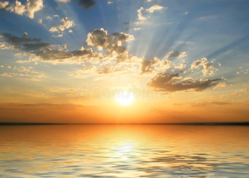 Puesta del sol en la costa fotos de archivo