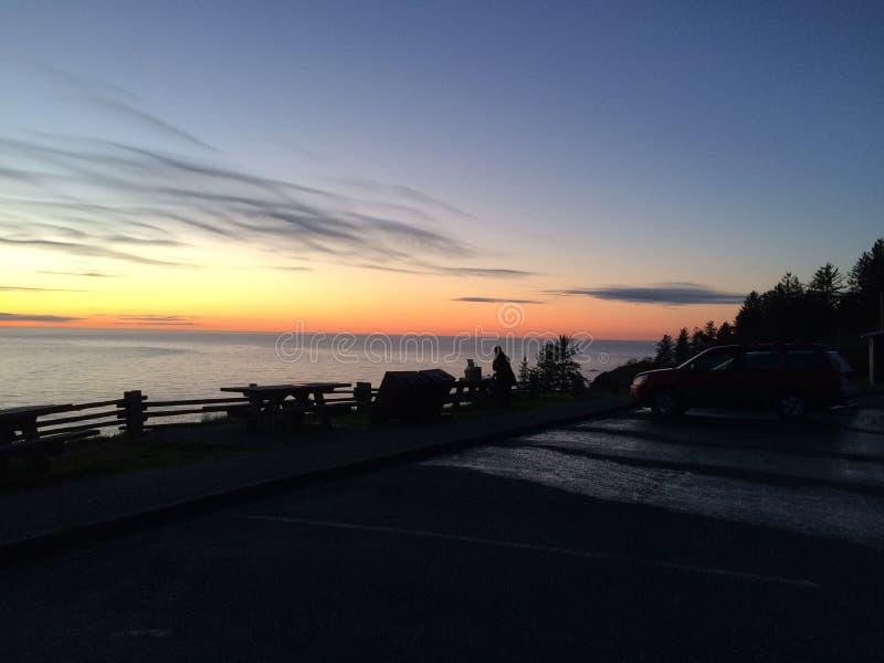 Puesta del sol en la costa de los parques del nacional y de estado de la secoya imagen de archivo