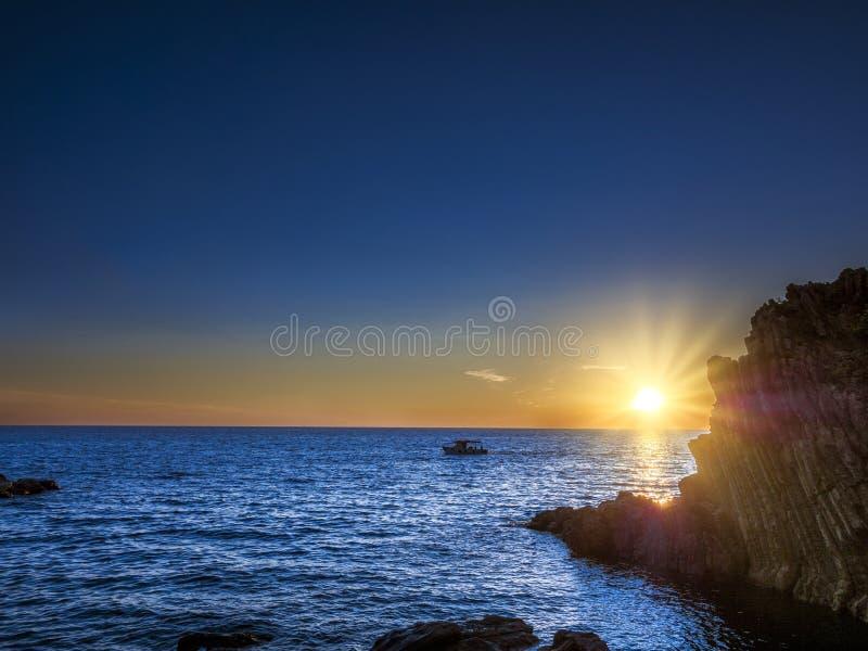 Puesta del sol en la costa de Riomaggiore, Cinque Terre, Italia foto de archivo