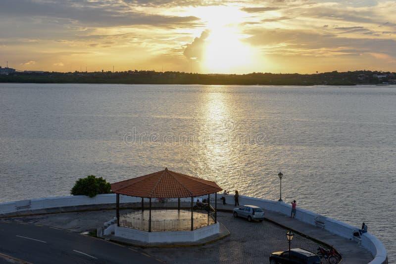 Puesta del sol en la costa del sao Luis en el Brasil imagenes de archivo