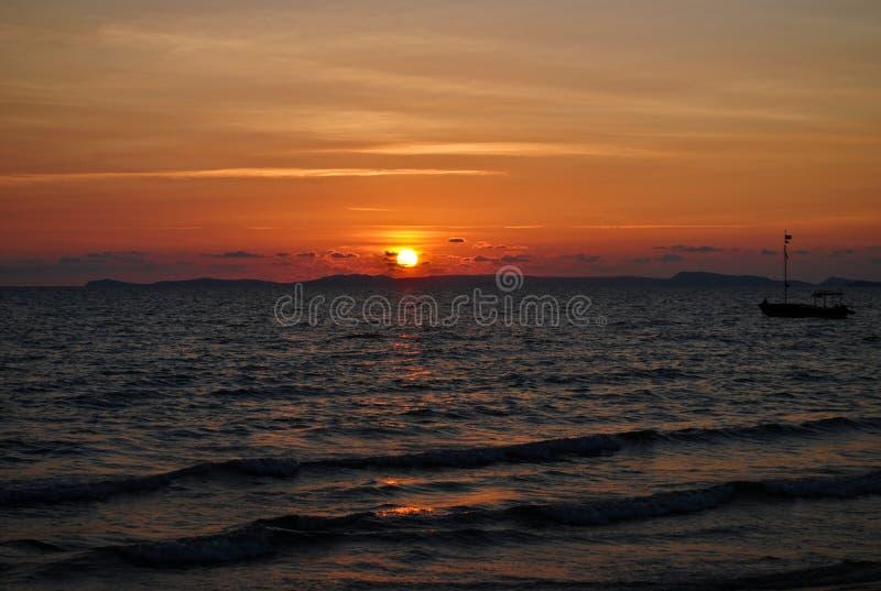 Puesta del sol en la costa tropical foto de archivo libre de regalías