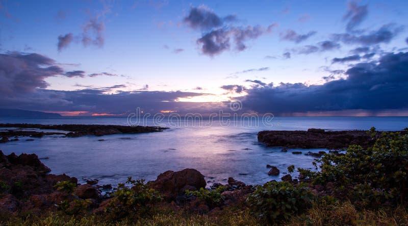 Puesta del sol en la ensenada del tiburón, orilla del norte, HI imagenes de archivo