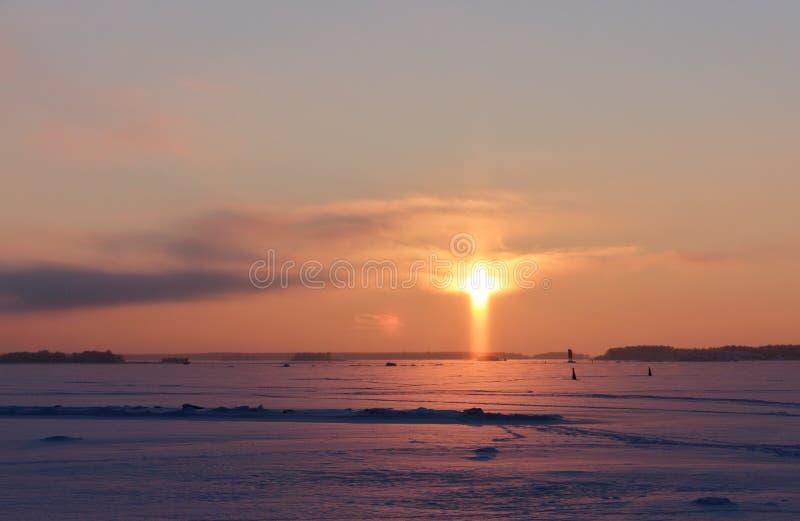 Puesta del sol en la forma de una cruz fotografía de archivo libre de regalías
