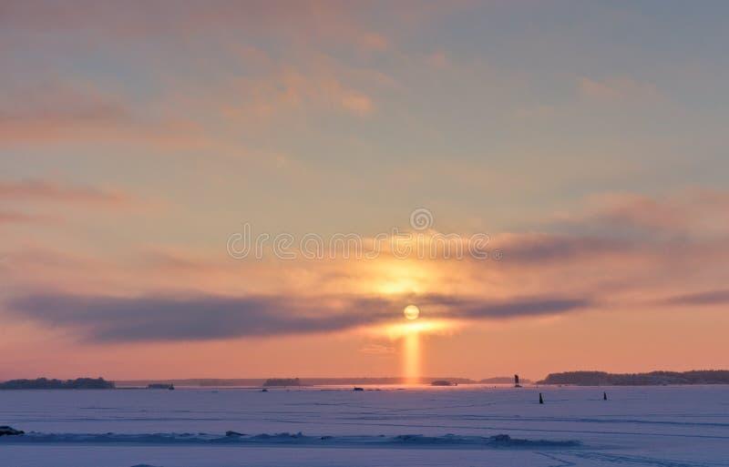 Puesta del sol en la forma de una cruz imagen de archivo libre de regalías