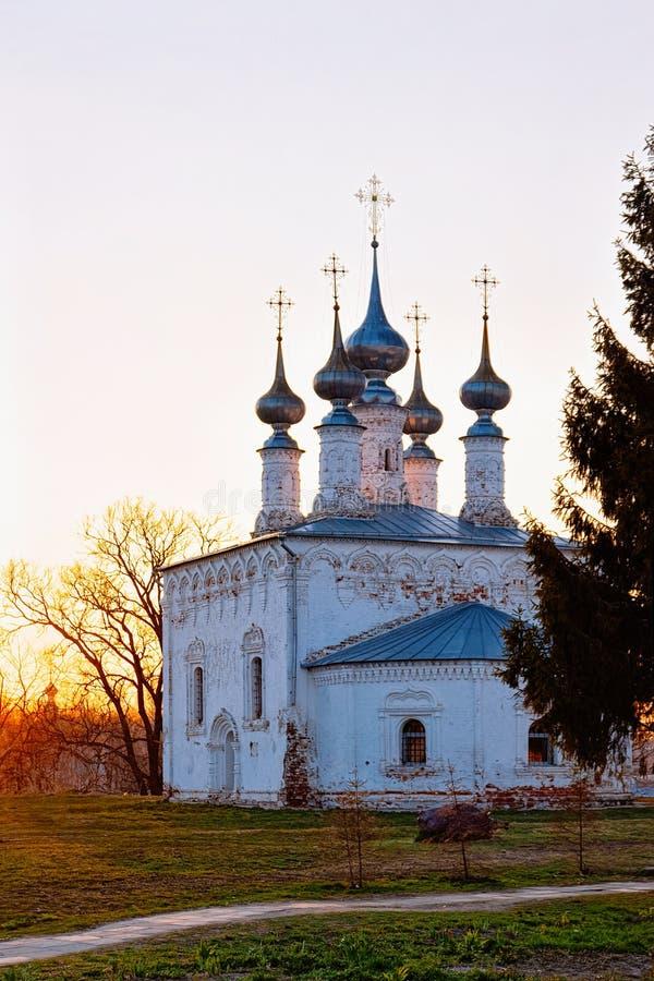 Puesta del sol en la iglesia del verano de la entrada Jerusalén en Suzdal en el oblast de Vladimir en Rusia imagen de archivo libre de regalías