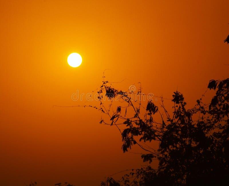 Puesta del sol en la India y x28; Nagpur& x29; fotografía de archivo