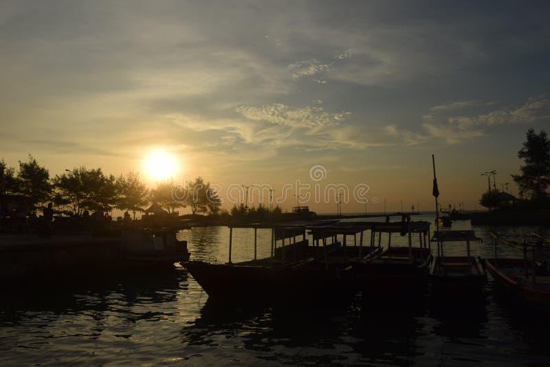Puesta del sol en la isla de Pari fotos de archivo