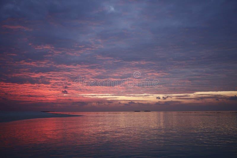 Puesta del sol en la isla de vacaciones de Maldivas foto de archivo libre de regalías