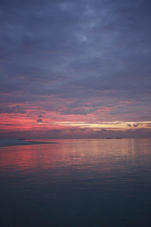 Puesta del sol en la isla de vacaciones de Maldivas fotografía de archivo