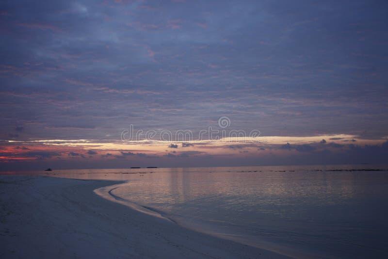 Puesta del sol en la isla de vacaciones de Maldivas imagen de archivo libre de regalías