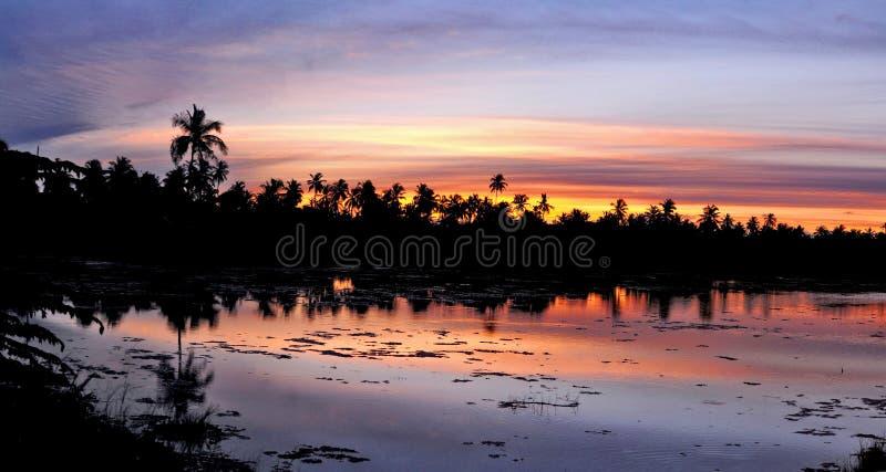 Puesta del sol en la isla del hemisferio meridional del atolón de Addu, imagen de archivo