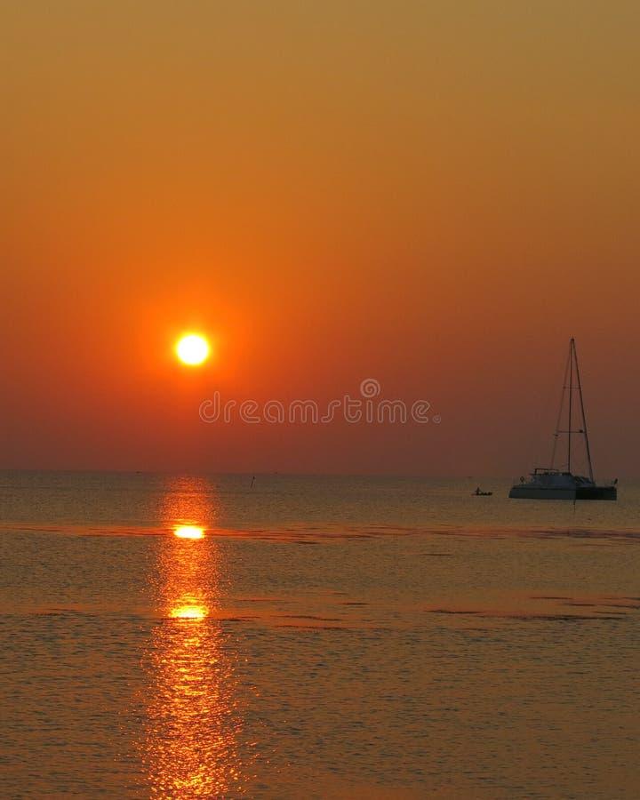Puesta del sol en la isla del karimunjawa fotografía de archivo libre de regalías