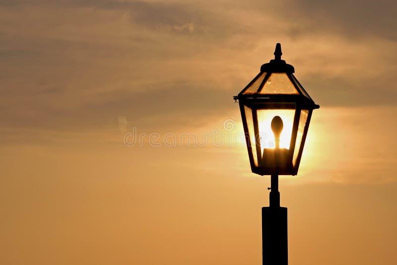 Puesta del sol en la lámpara imagen de archivo libre de regalías
