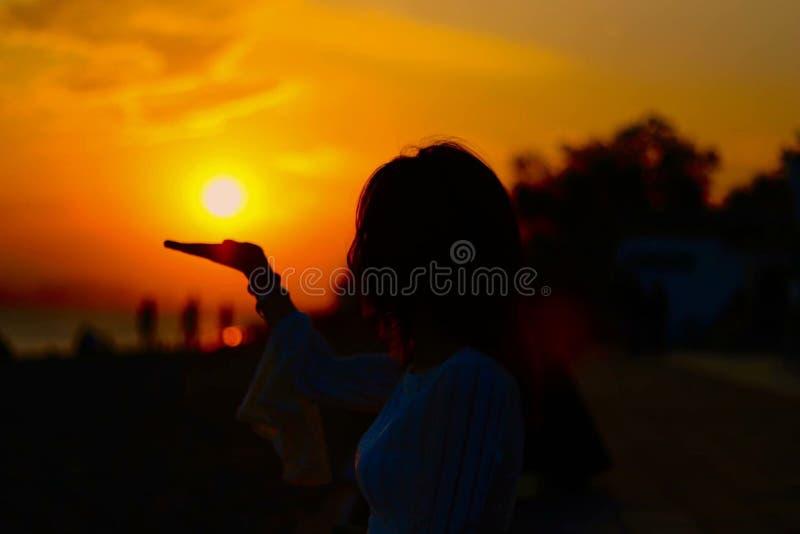 Puesta del sol en la mano fotografía de archivo libre de regalías