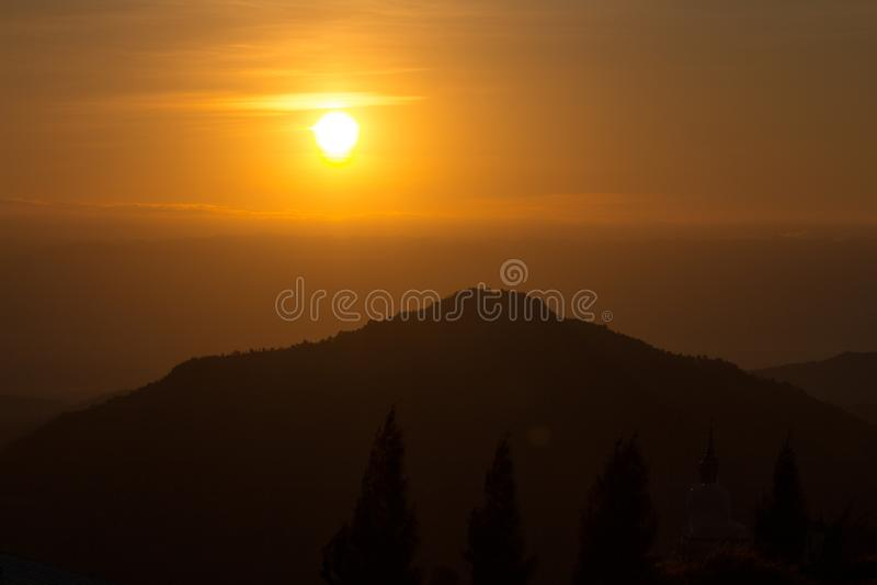Puesta del sol en la montaña fotos de archivo libres de regalías