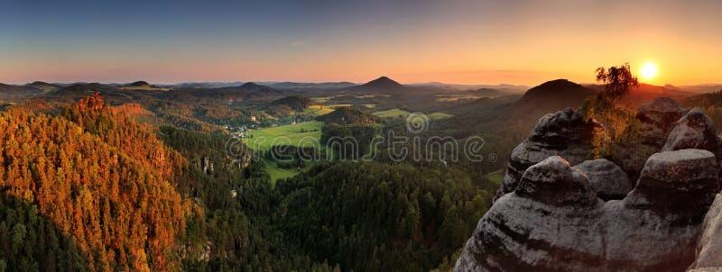 Puesta del sol en la montaña Checo Suiza fotos de archivo