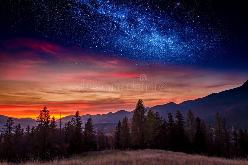 Puesta del sol en la montaña de Tatras en Zakopane con las estrellas, Polonia imagen de archivo
