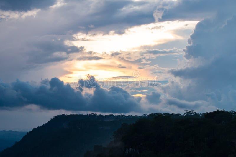 Puesta del sol en la montaña en el cielo imágenes de archivo libres de regalías