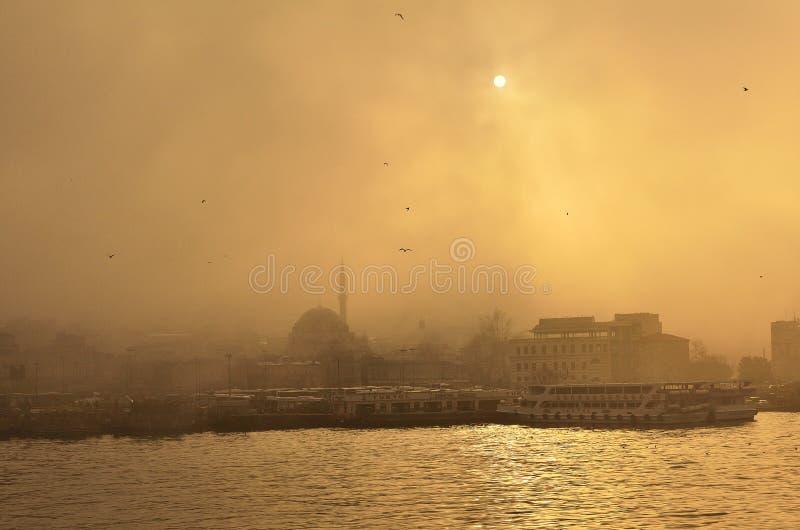 Puesta del sol en la neblina de Estambul IV imágenes de archivo libres de regalías