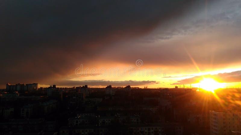 Puesta del sol en la noche de la ciudad imágenes de archivo libres de regalías
