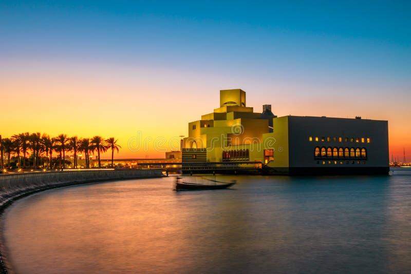 Puesta del sol en la orilla del mar de la bahía de Doha fotografía de archivo