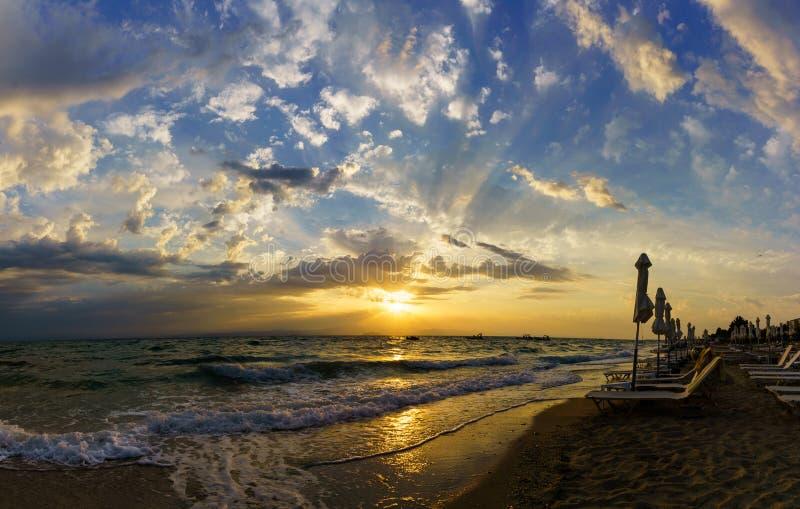 Puesta del sol en la orilla del océano foto de archivo