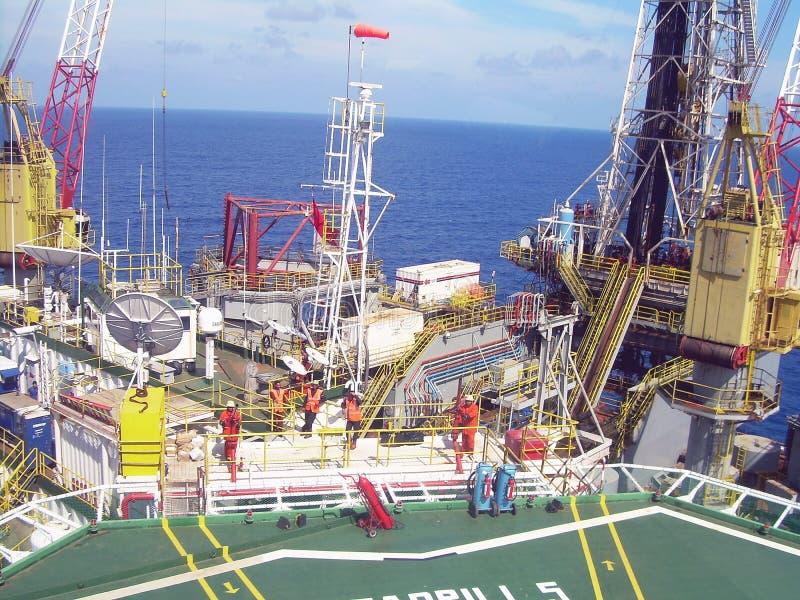 Puesta del sol en la plataforma de la plataforma petrolera, mar Indonesia de Natuna foto de archivo libre de regalías
