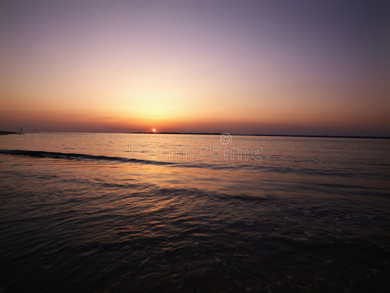 Puesta del sol en la playa. imagen de archivo libre de regalías