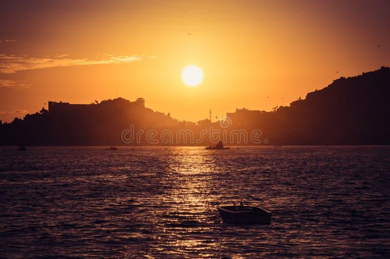 Puesta del sol en la playa en Acapulco fotografía de archivo