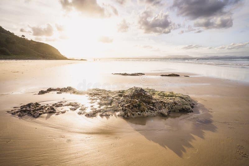 Puesta del sol en la playa de la bahía del byron imagen de archivo libre de regalías