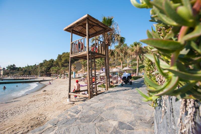 Puesta del sol en la playa de la caleta de velez Málaga con la torre del rescate foto de archivo libre de regalías