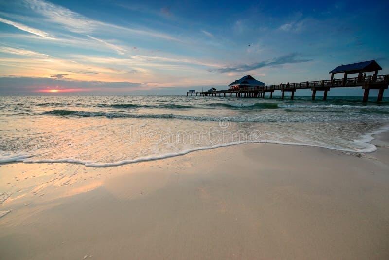 Puesta del sol en la playa de Clearwater fotografía de archivo