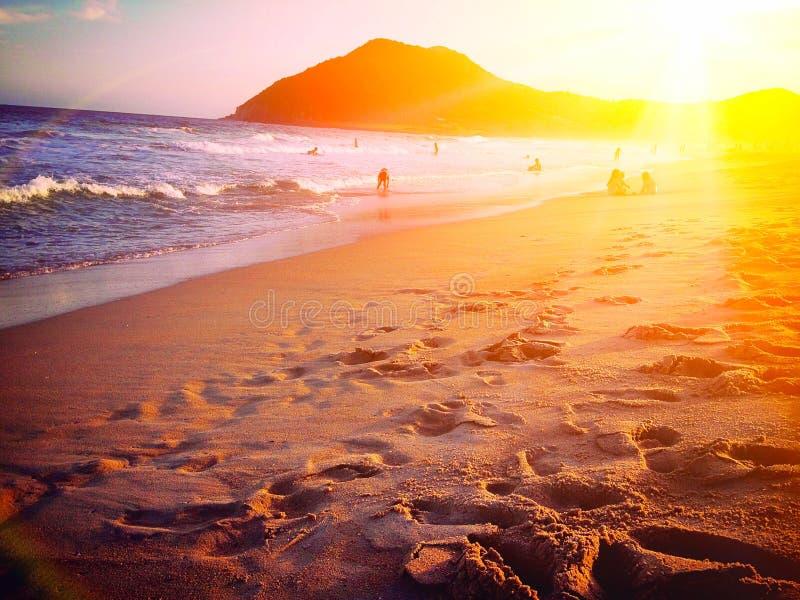 Puesta del sol en la playa de Garopaba - Santa Catarina, el Brasil imagenes de archivo