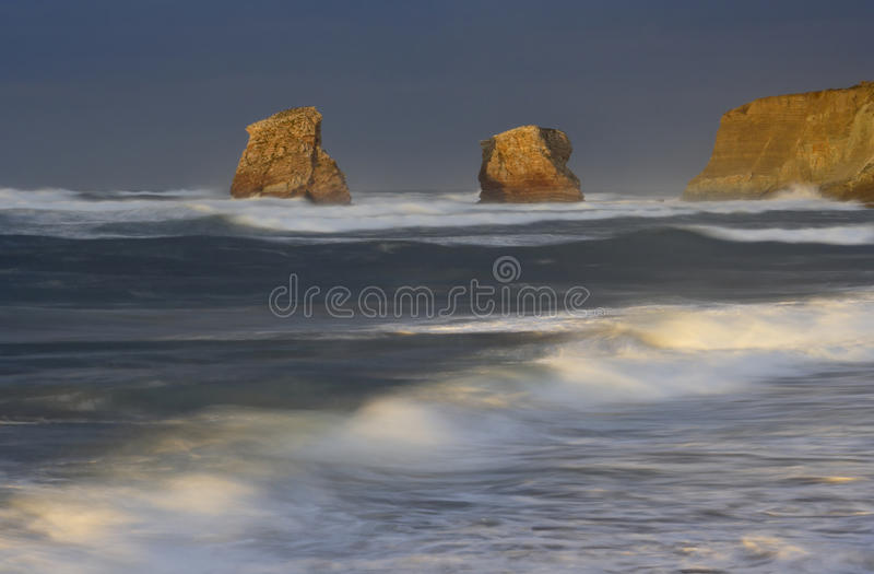Puesta del sol en la playa de Hendaye, Francia foto de archivo libre de regalías