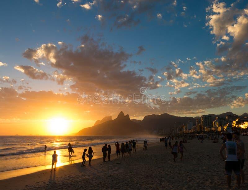 Puesta del sol en la playa de Ipanema en Rio de Janeiro fotografía de archivo libre de regalías
