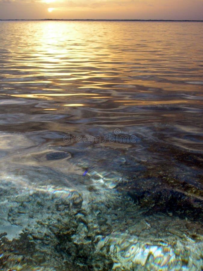 Puesta del sol en la playa de Kolovai, Tonga fotografía de archivo libre de regalías
