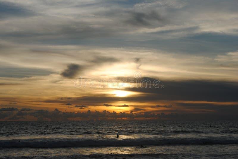 Puesta del sol en la playa de Kuta, Bali imagen de archivo