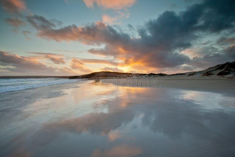 Puesta del sol en la playa de la ruina Sur de Australia fotografía de archivo libre de regalías