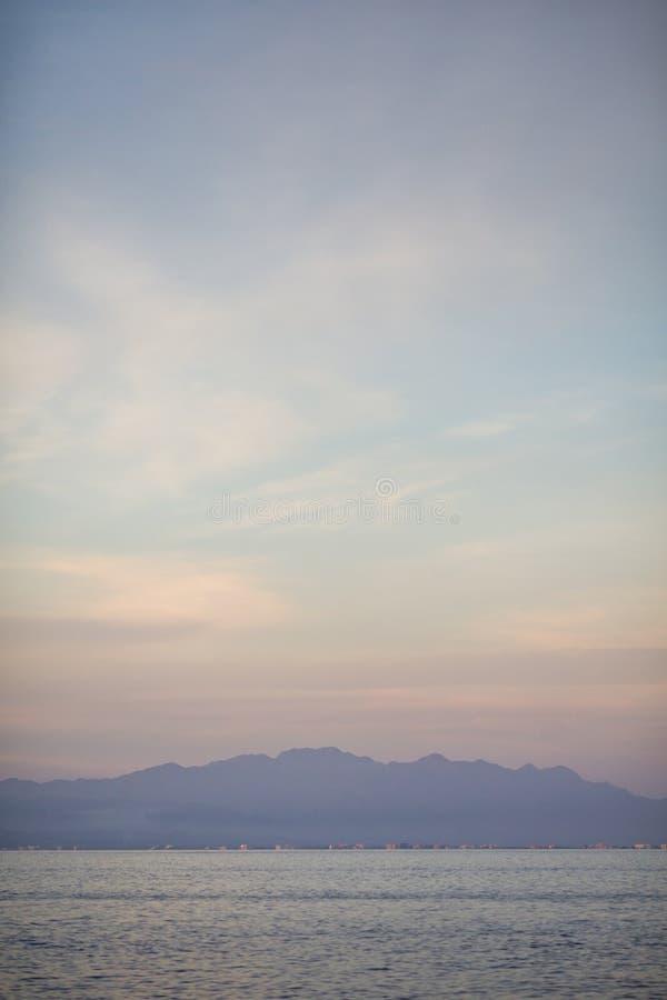 Puesta del sol en la playa de Las Caletas foto de archivo