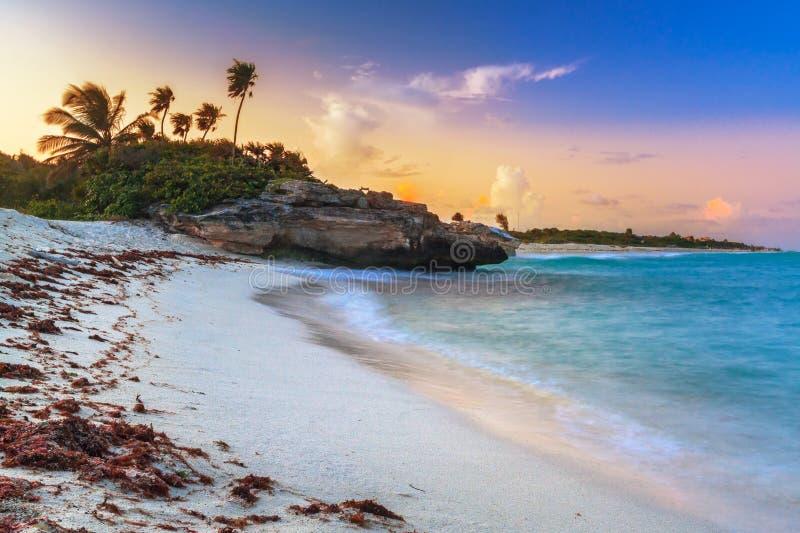 Puesta del sol en la playa de México imagenes de archivo